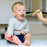 Pequeña alimentación del bebé Imagen de archivo libre de regalías