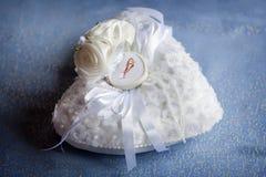 Pequeña almohada con una caja para los anillos de bodas Fotos de archivo libres de regalías