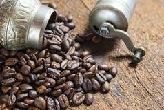 Pequeña amoladora del coffe con los granos de café fotografía de archivo