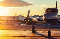 Pequeña aviación: El jet privado se parquea en una pista de despeque en un hermoso foto de archivo