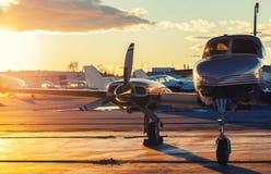 Pequeña aviación: El jet privado se parquea en una pista de despeque en un hermoso imagen de archivo libre de regalías