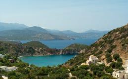 Pequeña bahía colorida cerca de Istron Imagen de archivo libre de regalías