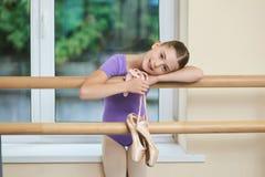 Pequeña bailarina adorable con los zapatos del pointe Fotos de archivo libres de regalías