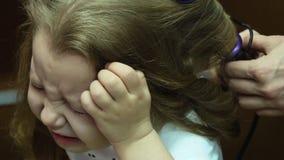 Pequeña bailarina La madre aumenta el pelo del ` s de la muchacha almacen de metraje de vídeo