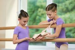 Pequeña bailarina que muestra los deslizadores al amigo Imágenes de archivo libres de regalías