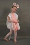 Pequeña bailarina vestida como ratón fotografía de archivo