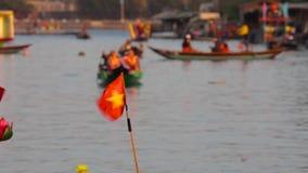 Pequeña bandera de Vietnam en el barco metrajes