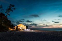 Pequeña barra que brilla intensamente por el mar en la puesta del sol Fotos de archivo