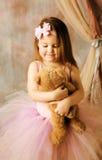 Pequeña belleza de la bailarina que abraza el oso de peluche Fotos de archivo libres de regalías