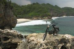 Pequeña bicicleta por la playa de Srau Imagen de archivo