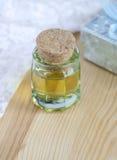 Pequeña botella de aceite cosmético Imágenes de archivo libres de regalías