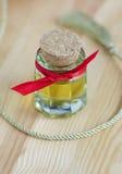 Pequeña botella de aceite cosmético Imagen de archivo