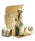 Pequeña botella de corteza de abedul en la corteza de abedul, fondo blanco Fotografía de archivo libre de regalías