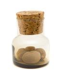 Pequeña botella de cristal marrón con nuez moscada molida moscada Foto de archivo