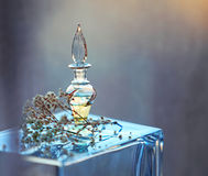 Pequeña botella de perfume Foto de archivo libre de regalías