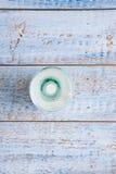 Pequeña botella retra de leche en la tabla de madera vieja Fotos de archivo libres de regalías