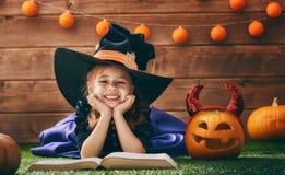Pequeña bruja con una calabaza Imagen de archivo libre de regalías