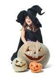 Pequeña bruja que oculta detrás de las calabazas Fotografía de archivo libre de regalías