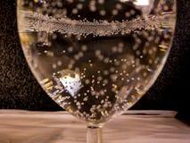 Pequeña burbuja del waer en la superficie de cristal con la reflexión del color separada de fondo imagenes de archivo