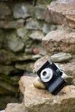 Pequeña cámara retra de la película de SLR en rocas Imagenes de archivo