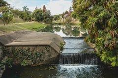 Pequeña caída del agua, a lo largo del río, en el parque ecológico, adentro adentro foto de archivo libre de regalías