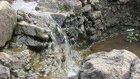 Pequeña caída del agua y sonido que fluye del agua metrajes