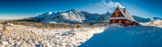 Pequeña cabaña de la montaña en un amanecer del invierno Fotos de archivo libres de regalías
