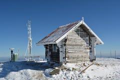 Pequeña cabaña de madera, antena congelada y algún la otra materia foto de archivo libre de regalías