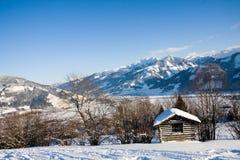 Pequeña cabaña en las montan@as en invierno imagen de archivo
