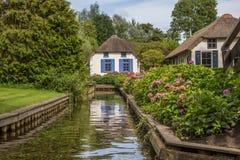 Pequeña cabaña en un canal en Giethoorn Fotos de archivo libres de regalías