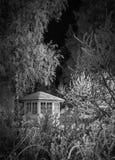 Pequeña cabaña en una madera Imagen de archivo libre de regalías
