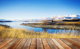 Pequeña cabaña en una zona rural con vistas a la montaña y al lago Fotos de archivo libres de regalías