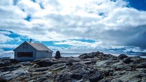 Pequeña cabina en la cima del glaciar de Folgefona en Noruega imagenes de archivo