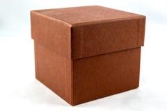 Pequeña caja cuadrada hecha del papel texturizado aislado Imagenes de archivo