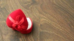 Pequeña caja de joyería roja metrajes