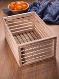 Pequeña caja de madera en la tabla Foto de archivo libre de regalías