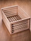 Pequeña caja de madera en la tabla Fotografía de archivo libre de regalías