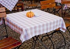 Pequeña calabaza como decoración en la tabla del restaurante del aire abierto en autum Imagenes de archivo