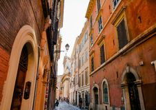 Pequeña calle con las casas anaranjadas - Roma, Italia fotos de archivo libres de regalías