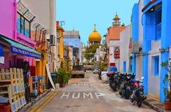 Pequeña calle con los edificios coloridos viejos, motocicletas y coches con tráfico caótico, mezquita vieja con Golden Dome i fotos de archivo libres de regalías