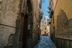 Pequeña calle de la Italia, viaje, vieja religión huesuda de la iglesia, Italia, Sorrento imagen de archivo