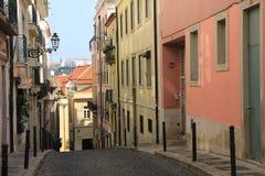 Pequeña calle de Lisboa Fotos de archivo libres de regalías