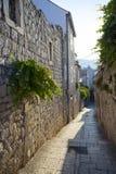 Pequeña calle del guijarro en Rab, Croacia foto de archivo libre de regalías