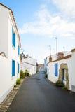 Pequeña calle en el Noirmoutier-en-l'ÃŽle Imagen de archivo libre de regalías