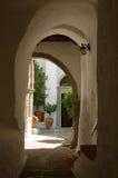 Pequeña calle en Grecia Imagen de archivo libre de regalías