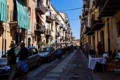 Pequeña calle en la ciudad siciliana de Cefalu Imágenes de archivo libres de regalías