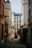 Pequeña calle en París Fotos de archivo libres de regalías