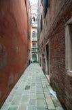 Pequeña calle veneciana colorida en una vecindad popular Imagenes de archivo
