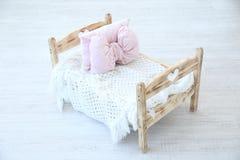 Pequeña cama para el bebé recién nacido en estudio Fotos de archivo libres de regalías