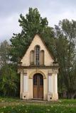 Pequeña capilla blanca en el bosque en Polonia Fotos de archivo